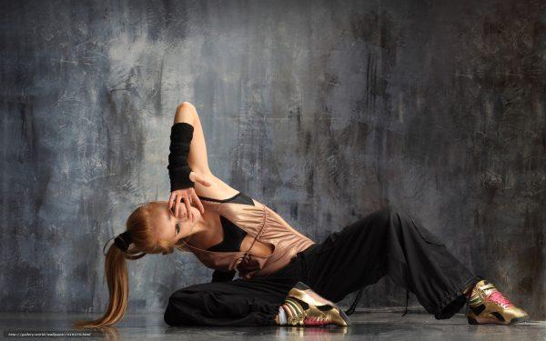 419475 devushka blondinka tanec zhest 1680x1050 www.GdeFon.ru