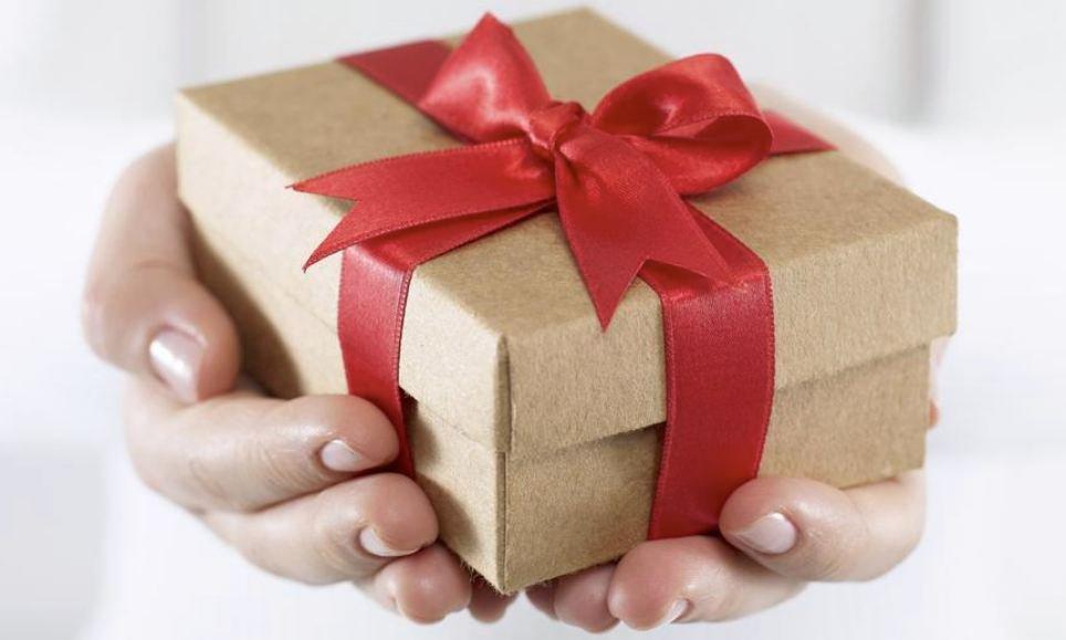 Можно ли передаривать подарки: приметы