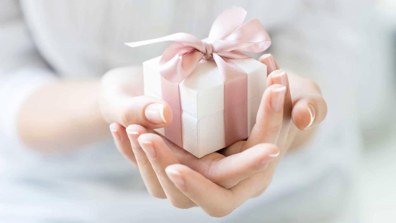 Картинки по запросу Можно ли передаривать подарки: приметы