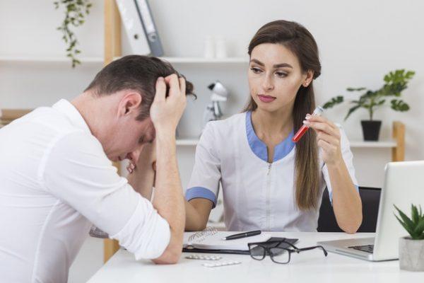Doctora mirando paciente triste | Foto Gratis