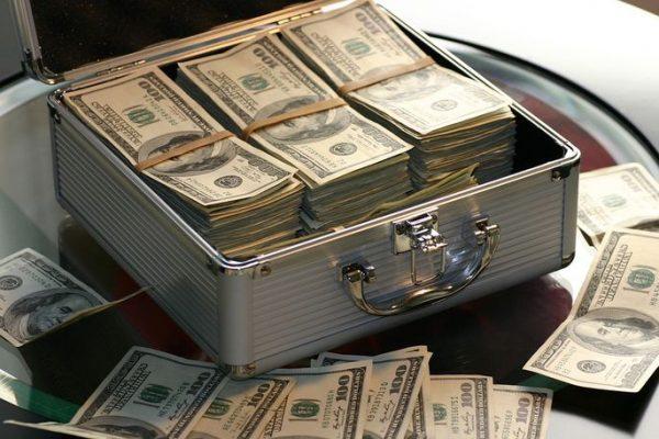 Как украсть много денег, а попавшись, - вернуть в четыре раза ...