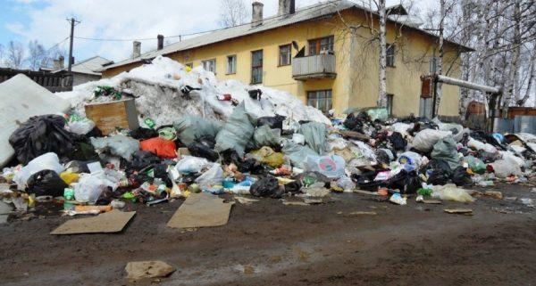 Свалка мусора, возле дома. Любые старые вещи от иголки, до пианино.