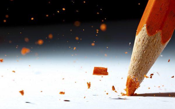 Обои Оранжевый карандаш ломается о белый лист на рабочий стол